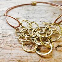 ゴールドカラーリングチェーンとブロンズカラー革丸紐のネックレス