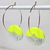 Button pierced earrings ボタンピアス/フープ・2トーン・蛍光イエロー×木目クリア