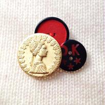 Button broach ボタンブローチ/レッドラメ×金横顔×OK