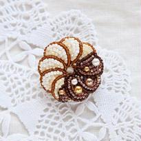 anneさんのビーズ刺しゅうキット フレンチクルーラーのブローチ chocolate