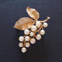 Crown TRIFARI クラウントリファリ /1960's  パールの葡萄のヴィンテージブローチ