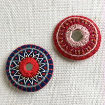 Karin Derland_Embroidery brooch ブローチ (2色)