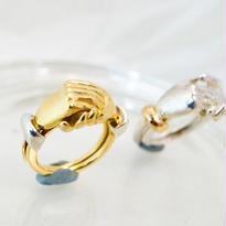 握り合う手の指環 K18-Silver950