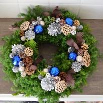 杉とヒバのクリスマスリース 「フェザーとハスの実のリース」