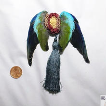 翼とタッセルのブローチ(青)