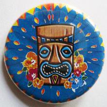 """ハワイの神話シンボル""""ティキ""""と大輪の花缶バッチ"""