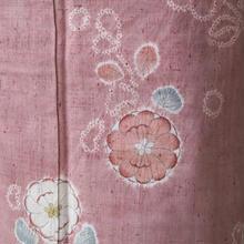 【袷】退紅(あらぞめ)色絞り染め花文の紬