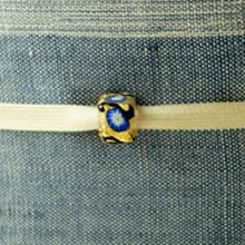 【帯留】ヴェネチアングラス 四角 ゴールドにブルーの小花