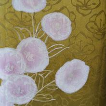 【袷】黄金色梅地紋に花の附下