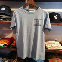 "【残り僅か】Champion × PEANUTS ""CALIFORNIA"" tee ( Light greyish blue)"