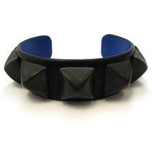 ピラミッド鋲芯金入りレザーバングルBLACK/BLUE
