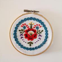 シオーアガールド刺繍のドイリー