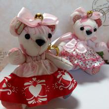 くまキーホルダー,ピンク&赤のハート柄ドレス