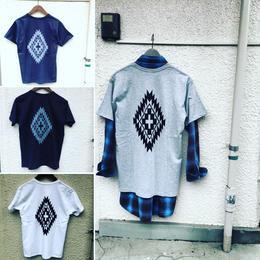 オルテガ柄バッグプリントTシャツ(フロントポケット付)