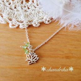 蓮の花とペリドットのシルバーネックレス