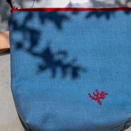 珊瑚刺繍のデニムポーチSサイズ(ブルー)