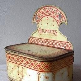 赤いモチーフのアリュメット缶
