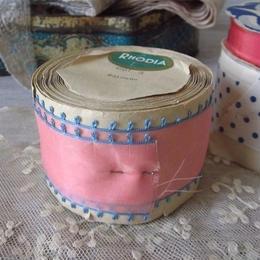 タフタ社ローズィアの濃いピンクのリボン