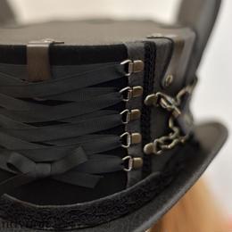 ダメージ黒のショート・コルセットハット