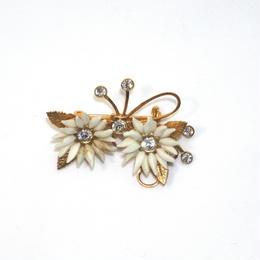 白い花をつけた蝶のブローチ(BR0039)