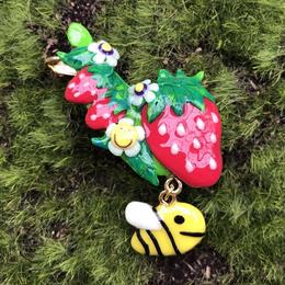 ❁耳にいちご畑イヤリング(右)❁(赤×ハチさん)