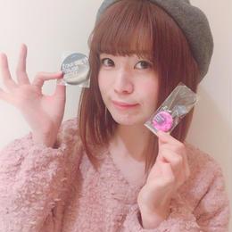 【小泉里紗サイン入り】メジャーデビュー記念缶バッチ&携帯ストラップ