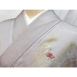 【附下げ】紋付き 袷 綸子共八掛/孔雀羽に花刺繍/156cm前後ベスト★うす色(に、近い)【美品】