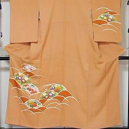 【附下げ】袷着物 紋綸子(さや型)/波取りに菊 梅 牡丹 桐/154cm前後ベスト★あまオレンジ【美品】