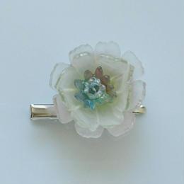 お花のプラバンブローチ(薄くピンクがかった白いお花)