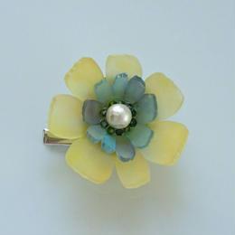 お花のプラバンブローチ(黄色と青いお花)