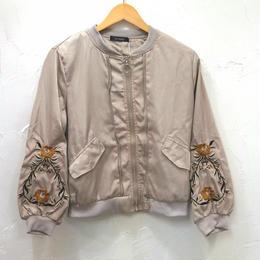 ボタニカル刺繍ノーカラージップアップジャケット(レディース)