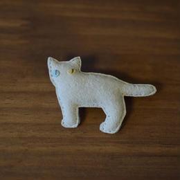 ブローチ 白猫 横