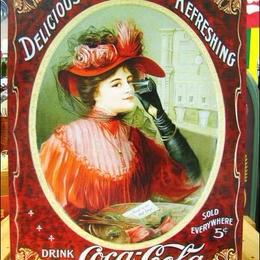 アメリカンブリキ看板 コカ・コーラ ビクトリア調赤ドレス