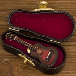 リアルなデザインでワンポイントなオシャレなピンバッジ ミニチュアバンド クラシックギター♪