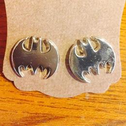 【USA直輸入】DCコミックス バットマン スタッド ピアス シルバー ロゴ BATMAN