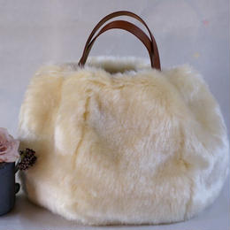 革の持ち手のファーバッグ