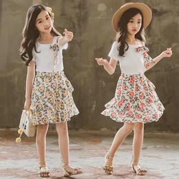 花柄スカートとワンショルダーセットアップ