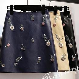 フェイクレザー刺繍スカート