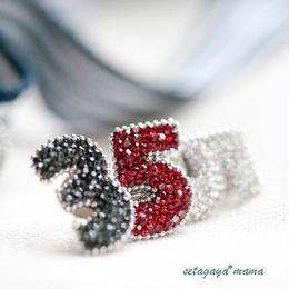 ラペルラ 胸元にキラリと ラペルラのスワロフスキー・Numero Pins  数字のユニセックスピンバッチ