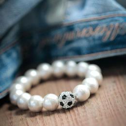 Mint&Silkサッカーママのリクエストで作られた サッカーボールブレスwithコットンパール プティサイズ