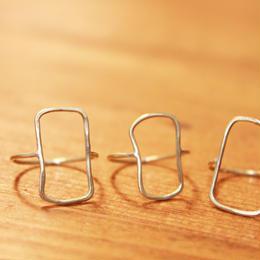 素朴で細い長方形モチーフの真鍮リング