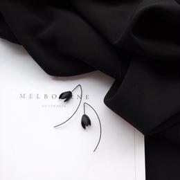 ブラック花のピアス/両耳