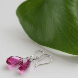 濃いピンクのスワロフスキーフックピアス006