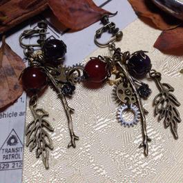 '140904作。赤と深紫の天然石と小枝と透かしリーフのイヤリング