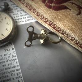 140808作。シルバー色の巻きネジと金古美台座のリング