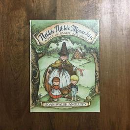 「Nibble Nibble Mousekin(ヘンゼルとグレーテル)」Joan Walsh Anglund(ジョーン・ウォルシュ・アングランド)