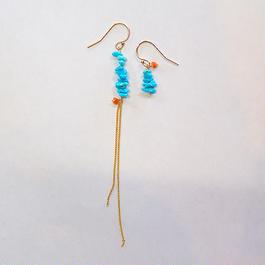 青空色のさざれターコイズ・珊瑚のアシンメトリーピアス