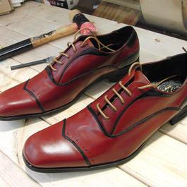 レッド&ブラックライン 工房染色の牛本革ロングノーズ靴