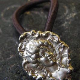 真鍮製 バタフラ真鍮製 西洋貴婦人モチーフループコンチョ/ヘアゴム付き/縫い留めで飾りとして