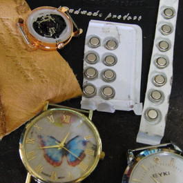 当店のレザー腕時計へ未開封・未使用の電池入れ替え作業 プレゼントなどに!